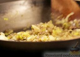 Крем-суп из шампиньонов: Лук и чеснок, помешивая, обжарить на разогретом масле.