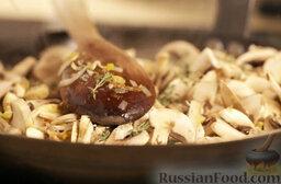 Крем-суп из шампиньонов: Добавить листочки тимьяна, перемешать. Обжаривать, помешивая, до золотистого цвета.