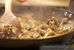 Крем-суп из шампиньонов: Приправить солью и перцем.