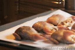 Перепела с медом (в марокканском стиле): Выкладываем перепелов на противень (покрытый пергаментом). Запекаем птицу 15 минут в разогретой духовке, при температуре 180 градусов. Не нужно передерживать перепелов в духовке, чтобы они не стали