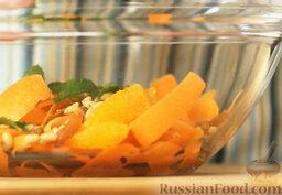 Марокканский салат с морковью и апельсинами: Добавляем листья мяты в салат.