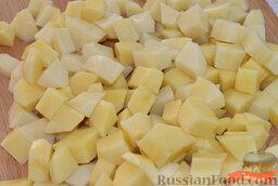 Зеленый борщ: Очищенный картофель нарезаем кубиком. Добавляем картофель в кастрюлю с бульоном и варим до готовности (мягкости). Солим бульон по вкусу.
