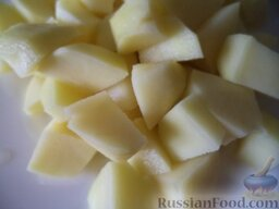 Нежный куриный суп с плавленым  сыром и овощами: Тем временем почистить, помыть картофель, нарезать кусочками.