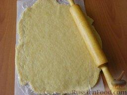 Печенье на рассоле: Положить тесто на пергамент, накрыть пищевой плёнкой и раскатать в пласт, толщиной примерно 1 см.