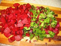 Июньский борщ: Порезать свеклу и половину ботвы кусочками. Картофель порезать кубиками или брусочками.