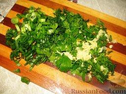 Июньский борщ: В конце вкинуть мелко порезанную зелень, перья зеленого лука и продавленный чеснок.   Дать борщу настояться 15-20 минут.