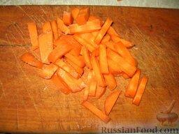 Июньский борщ: Половину морковки нарезать брусочками.   Все овощи вкинуть в бульон и варить 10 минут на умеренном огне.