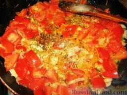 Июньский борщ: Добавить помидоры и потушить их 5 минут. Добавить по щепотке душицы и чабера.