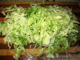 Июньский борщ: Нашинковать капусту.