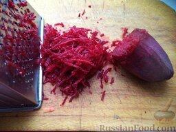 Красный борщ с курицей: Свеклу помыть, очистить. Натереть на терке или нарезать тонкой соломкой.