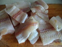 Постные котлеты из морской рыбы, в томатной подливке: Порезать рыбу кусочками.
