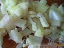 Постные котлеты из морской рыбы, в томатной подливке: Почистить, помыть репчатый лук, порезать кубиками.
