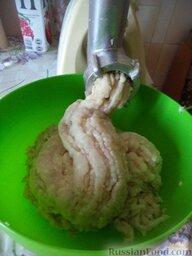 Постные котлеты из морской рыбы, в томатной подливке: Пропустить через мясорубку рыбное филе, жареный лук вместе с маслом, отжатую булочку.
