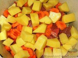 Нохат шурпа: На дно толстостенной кастрюли положить лук и разровнять его. Сверху положить мясо. Потом слой крупно нарезанной моркови и картофеля, порезанного крупными кусочками.