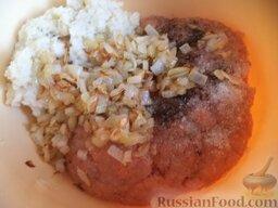 Тефтели из красной рыбы: В миску выложить фарш. Вбить яйцо, посолить, поперчить, добавить лук вместе с маслом, отжатый батон.