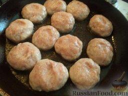 Тефтели из красной рыбы: Разогреть сковороду, налить растительное масло. Выложить в горячее масло подготовленные тефтели. Обжарить на среднем огне 1-2 минуты (до румяности).