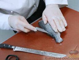 Эскабече из дорады: Очень аккуратно разрезаем рыбину вдоль хребта.