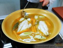 Эскабече из дорады: Сейчас самое время уложить в сковороду филе дорады. Полить его маринадом. Потушить в маринаде – совсем чуть-чуть, рыбе много не надо.