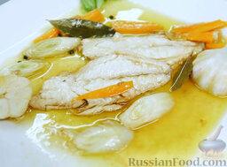 Эскабече из дорады: Наш испанский ужин готов. На блюдо выкладываем морковь, лук-порей, филе дорады. Поливаем маринадом. Украшаем обжаренной головкой чеснока и листиком салата.   После такого ужина вы будете спать легко и уютно, и пусть приснится вам Барселона!