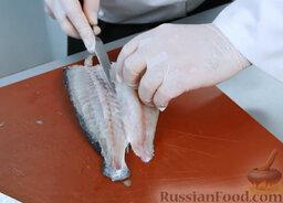 Эскабече из дорады: Тщательно отделяем филе от костей.   Теперь проделываем то же самое с другой стороны. Получаем два куска филе.  Неиспользуемые части рыбы не выбрасываем – они нам пригодятся для рыбного бульона.