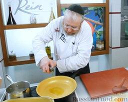 Эскабече из дорады: Пока дорада жарится, займемся маринадом.  На горячую сковороду наливаем оливковое масло.