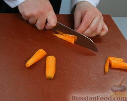 Эскабече из дорады: Берем морковку, очищаем, нарезаем вдоль — крупными полосками.