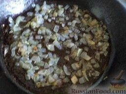 Рыбные котлеты под томатным соусом: Лук репчатый почистить, помыть, нарезать кубиками. Разогреть сковороду, налить 2 ст. ложки растительного масла. В горячее масло выложить лук, обжарить на среднем огне около 2 минут. Охладить.