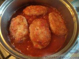 Рыбные котлеты под томатным соусом: Подготовленным соусом залить котлеты. Довести до кипения. Тушить на самом маленьком огне под крышкой 15 минут.