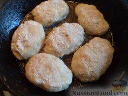 Рыбные котлеты под томатным соусом: Разогреть сковороду, налить растительное масло. В горячее масло выложить подготовленные котлеты.