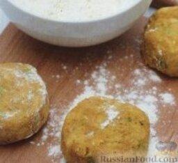 Картофельные котлеты с тунцом: 3. Разделить картофельно-рыбный фарш на 4 равные части, сформировать из них котлеты, обвалять в муке, смешанной с солью и перцем.    4. В большой сковороде разогреть подсолнечное масло, выложить на сковороду котлеты и жарить около 3-4 минут с каждой стороны, до золотистого цвета.    5. Подавать котлеты с рукколой и лимонными дольками.