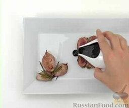 Утиное филе с красной смородиной и розмарином: Полить утиное филе соусом. Украсить ягодами смородины и листиками розмарина.