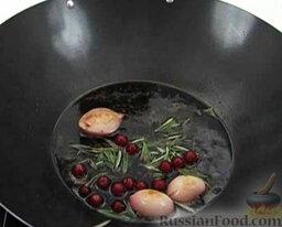 Утиное филе с красной смородиной и розмарином: Туда же добавить ягоды смородины (оставить немного для украшения).