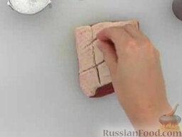 Утиное филе с красной смородиной и розмарином: Посолить и поперчить филе с двух сторон.