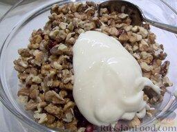 Салат с куриной грудкой: К мясу добавьте грецкие орехи и майонез.