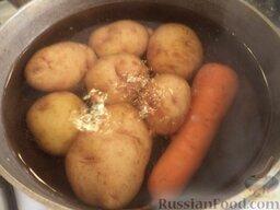 """Салат """"Оливье"""" с колбасой и свежими огурчиками: Картофель и морковь тщательно промыть. Выложить в казанок, залить холодной водой так, чтобы овощи были покрыты водой. Довести до кипения. Варить на среднем огне до готовности (20-25 минут). Воду слить. Овощи охладить."""