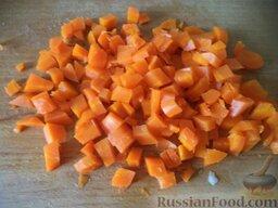 """Салат """"Оливье"""" с колбасой и свежими огурчиками: Морковь очистить, нарезать кубиками."""