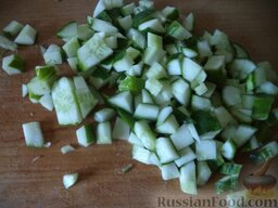 """Салат """"Оливье"""" с колбасой и свежими огурчиками: Свежие огурцы помыть, нарезать кубиками."""