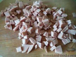 """Салат """"Оливье"""" с колбасой и свежими огурчиками: Колбасу нарезать кубиками."""