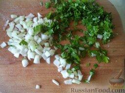 """Салат """"Оливье"""" с колбасой и свежими огурчиками: Лук почистить, помыть, мелко нарезать. Зелень помыть, мелко нарубить."""