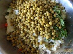 """Салат """"Оливье"""" с колбасой и свежими огурчиками: Все ингредиенты соединить в миске. Посолить, поперчить, заправить майонезом."""