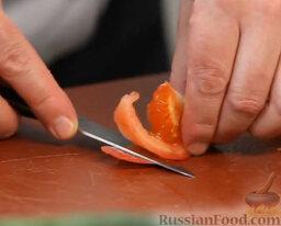 Желто-красный гаспачо и брускетта с салатом: Как приготовить гаспаччо и брускетту с салатом:  Для начала берем красный помидор, разрезаем на четыре части и маленьким ножичком срезаем с него кожицу.