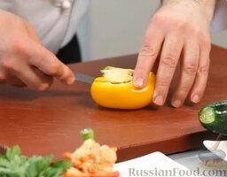 Желто-красный гаспачо и брускетта с салатом: Приступаем к приправе к гаспачо. Берем желтый перец, чистим - нам потребуется половинка.