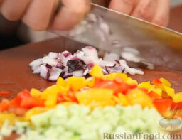 Желто-красный гаспачо и брускетта с салатом: Берем немного красного лука (у нас его называют ялтинским, а в Европе - испанским). Мелко крошим все овощи, спешим - эти запахи никому не дадут покоя.
