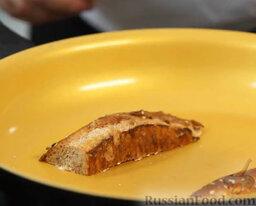 Желто-красный гаспачо и брускетта с салатом: Разогреваем сковороду. Кладем хлеб на разогретую сковороду маслом вниз.