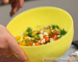 Желто-красный гаспачо и брускетта с салатом: Пока жарится хлеб, заправляем салатик - чуть соли, перец, бальзамический уксус, оливковое масло.