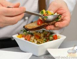 Желто-красный гаспачо и брускетта с салатом: На поджаренный хлеб выкладываем овощной салатик, украшаем листиками петрушки и зеленого базилика, пусть пропитается.   Блюдо можно украсить узором из бальзамического уксуса на тарелке.