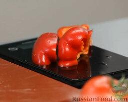 Желто-красный гаспачо и брускетта с салатом: Красный перец очищаем, режем пополам - сейчас нам нужна половинка. Ее произвольно нарезаем помельче.