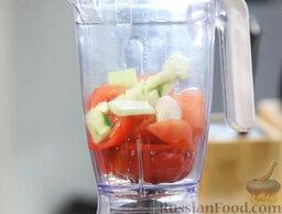 Желто-красный гаспачо и брускетта с салатом: В чашу блендера отправляем помидоры, порубленные половинки красного перца и огурца и лук-шалот.