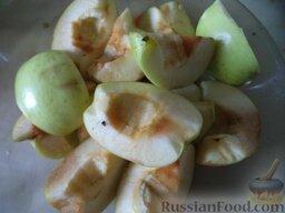 Острая аджика с яблоками: Яблоки помыть, разрезать на 4 части, очистить от семян. Можно очистить от кожуры.