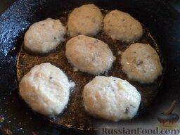 Рыбные котлеты с манкой: Разогреть сковороду, налить растительное масло. Мокрыми руками сформировать котлеты. Обвалять в муке и выложить в горячее масло.